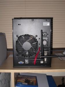 机箱的屁股照,可以看到网卡显卡和钻出来的 eSATA 线缆